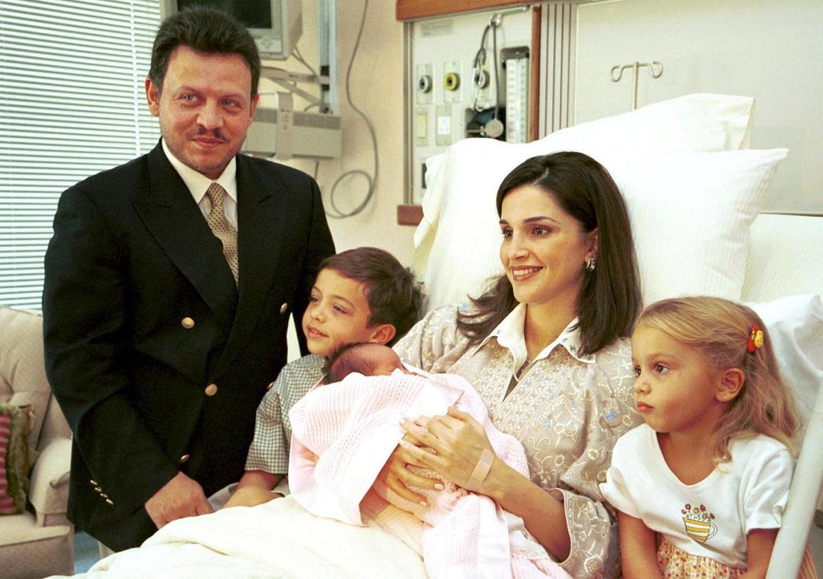 În anul 2000, Regina Rania a născut-o pe Prințesa Salma. Regele, Prințul Hussein, Prințesa Iman au venit să le viziteze în spital