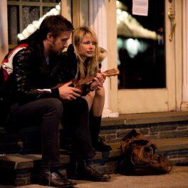 Poză din filmul Blue Valentine cu Ryan Gosling și Michele Williams, care stau pe scări și vorbesc