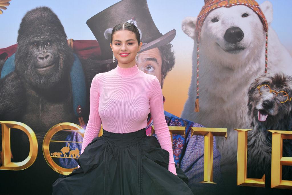 Selena Gomez, la premiera filmului Dolittle, ]ntr-o rochie roz cu negru, maxi