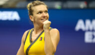Simona Halep, în echipament galben, pe terenul de tenis, la US Open 2021