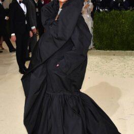 Ținuta Rihannei la Met Gala 2021 în timp ce pozează și este acoperită într-o rochie voluminoasă neagră