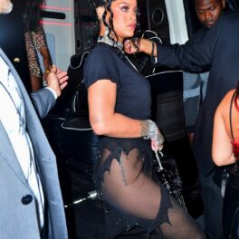 Ținuta cântăreței Rihanna în timp ce coboară din mașină și poartă un tricou negru și o fustă transparentă la petrecerea dată după Met Gala 2021