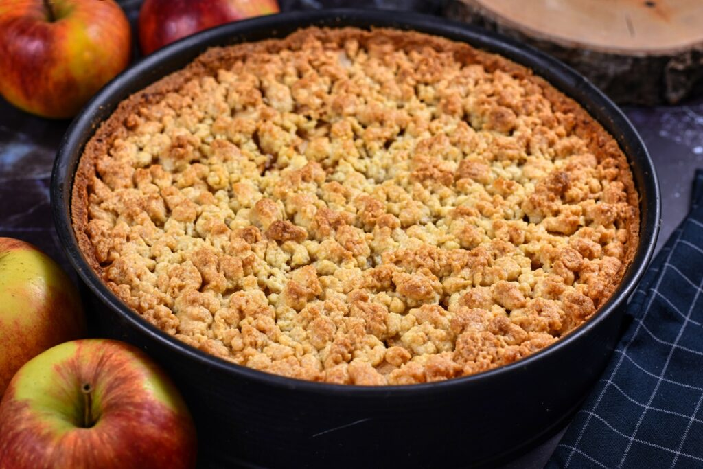 Tortul Streusel de mere în forma de copt, după coacere