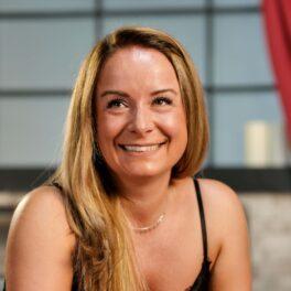 Valentina Ioniță, zâmbitoare, fotografie portret în timpul interviului pentru CaTine.ro