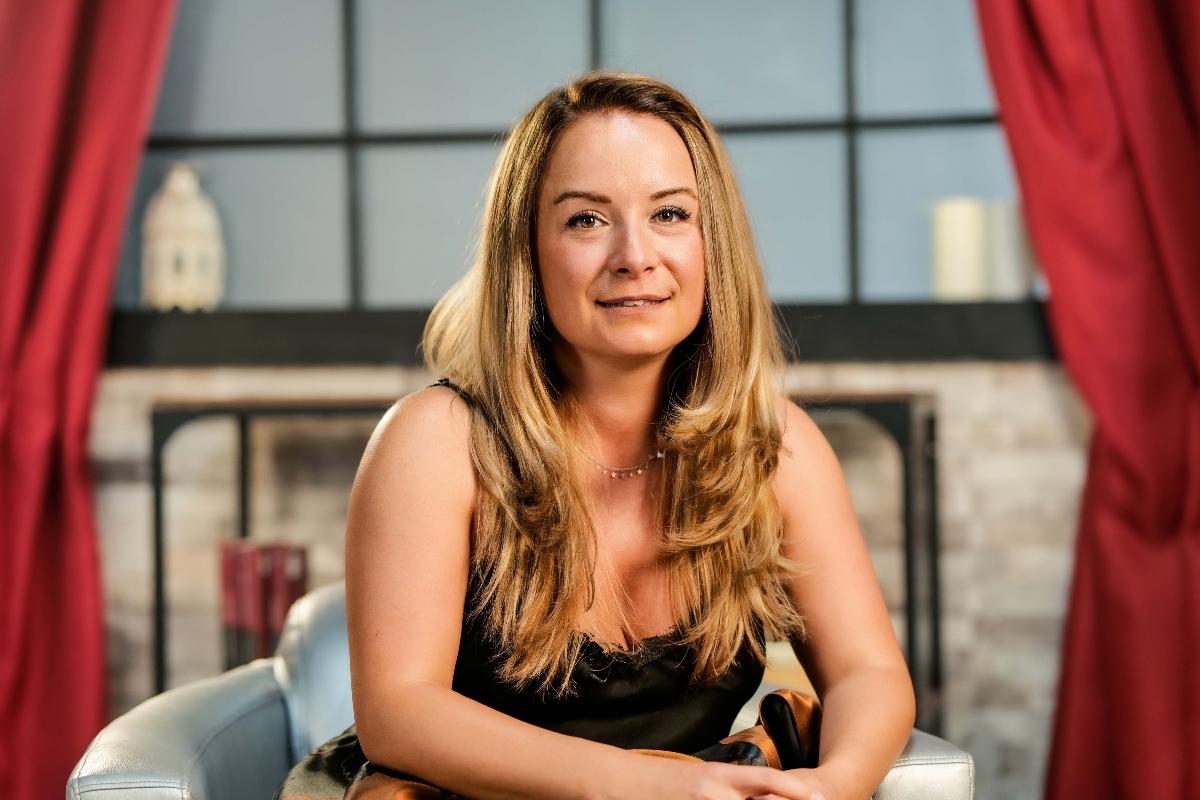 Valentina Ioniță, zâmbitoare, într-o ținută neagră, la interviul pentru CaTine.ro
