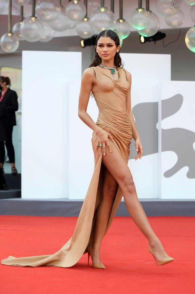 Zendaya, pe covorul roșu la Festivalul de Film de la Veneția 2021, într-o rochie lungă, aurie