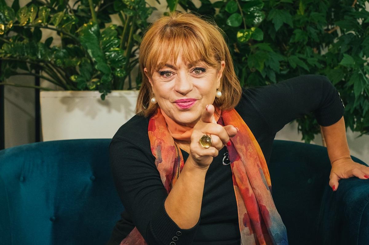 Adriana Trandafir în timp ce arată cu degetul spre public la interviulpentru echipa CaTine.ro