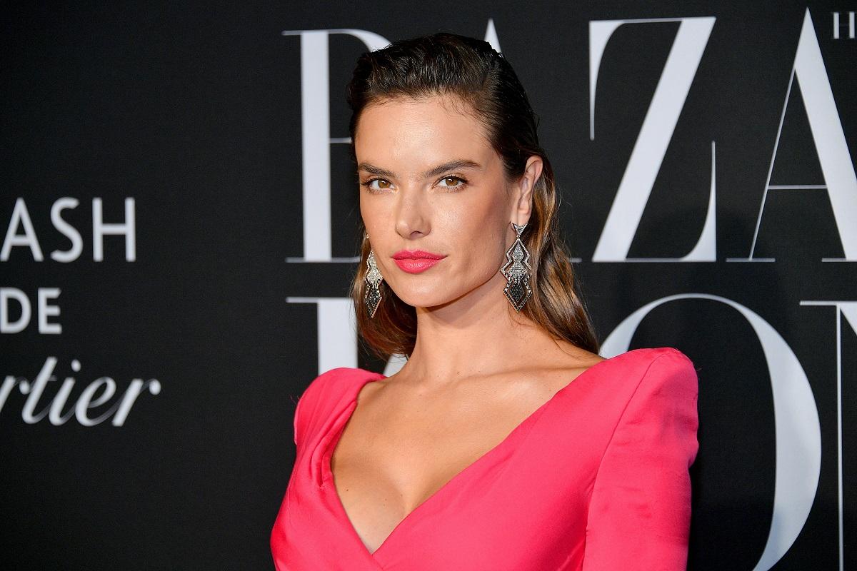 Portret al fotomodelului Alessandra Ambrosio care poartă o rochie roz cu umeri bufanți