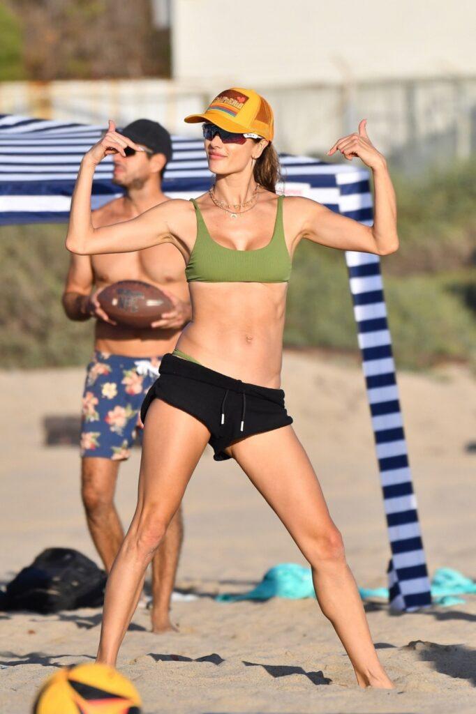 Alessandra Ambrosio a atras privirile tuturor la plajă cu un costum de baie verde și o pereche de pantaloni negri în timp ce își etala trupul bine lucrat