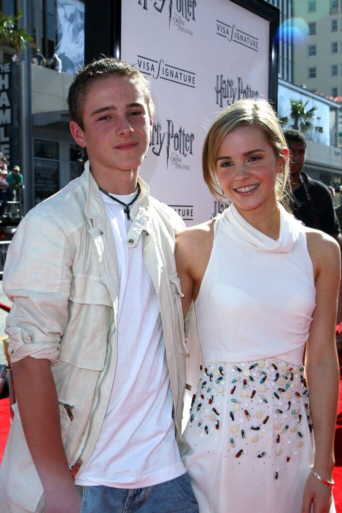 Emma Watson într-o rochie albă care a jucat alături de fratele său într-unul din filmele Harry Potter