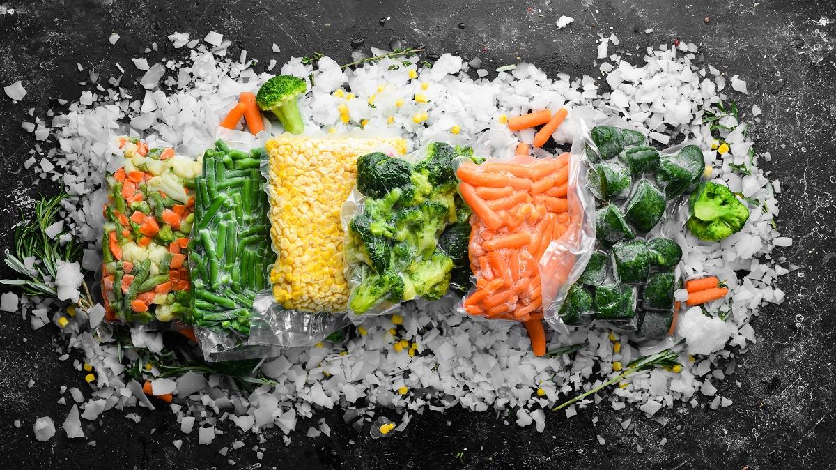 Un blat negru pe care seaflă alimente congelate care te pot ajuta să pierzi în greutate