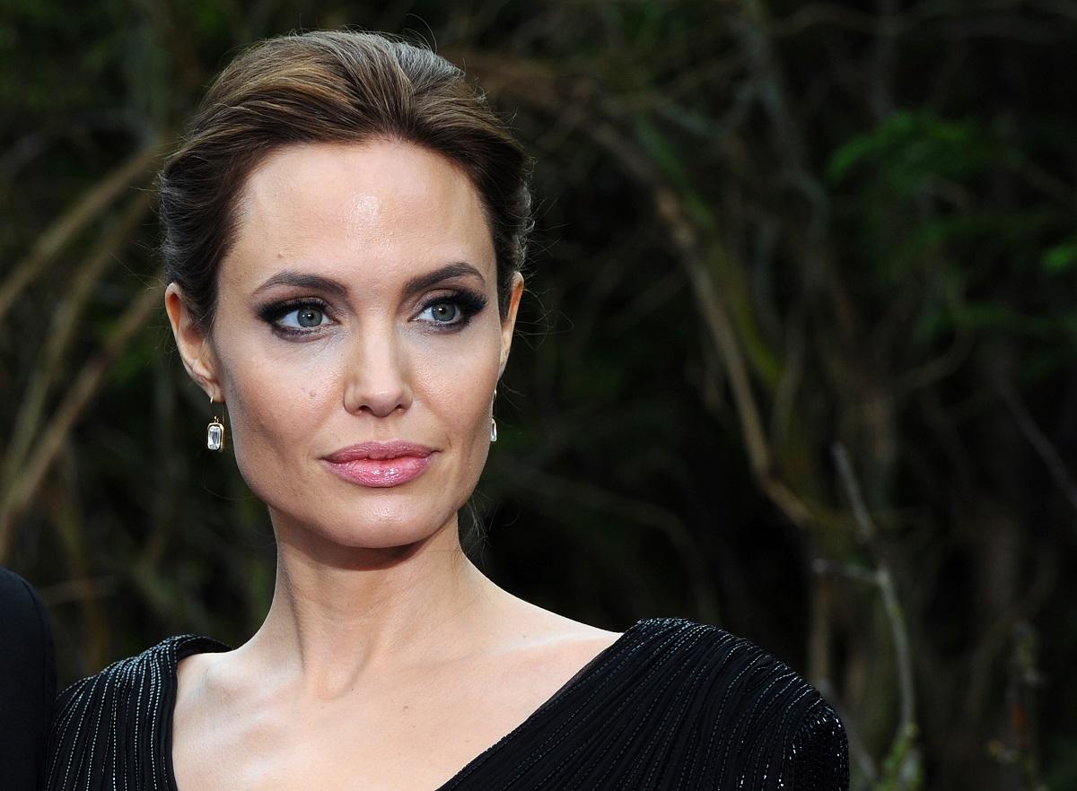Angelina Jolie într-o rochie neagră la premiera filmului Maleficent