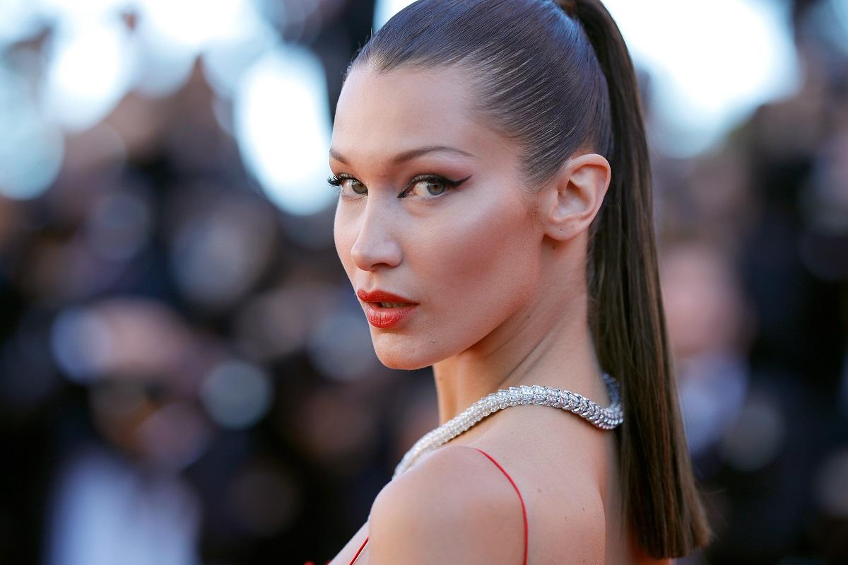 Bella Hadid cu părul prins într-o coadă de cal la Festivalul de Film de la Cannes