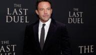 Ben Affleck în costum negru în timp ce pozează pe covorul rșu la premiera filmului The Last Duel