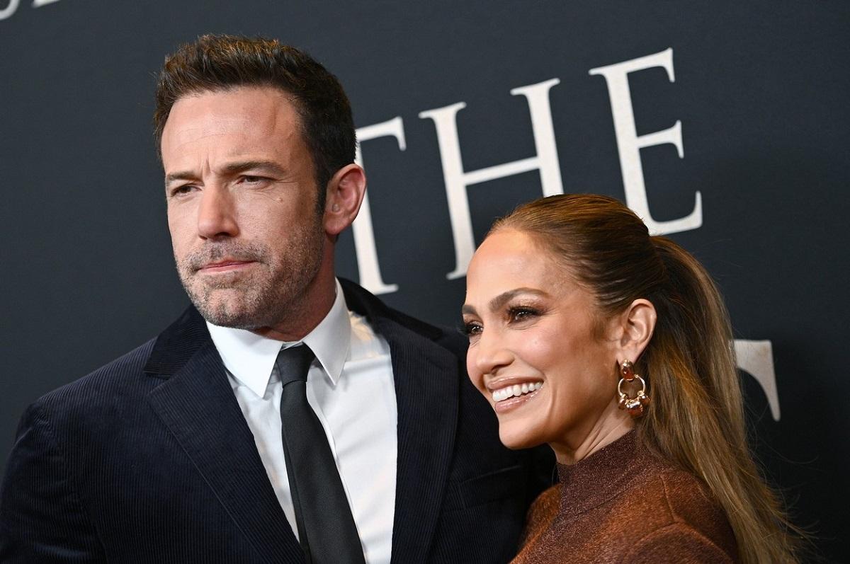 Jennifer Lopez zâmbind alături de Ben Affleck la premiera filmului The Last Duel din New York