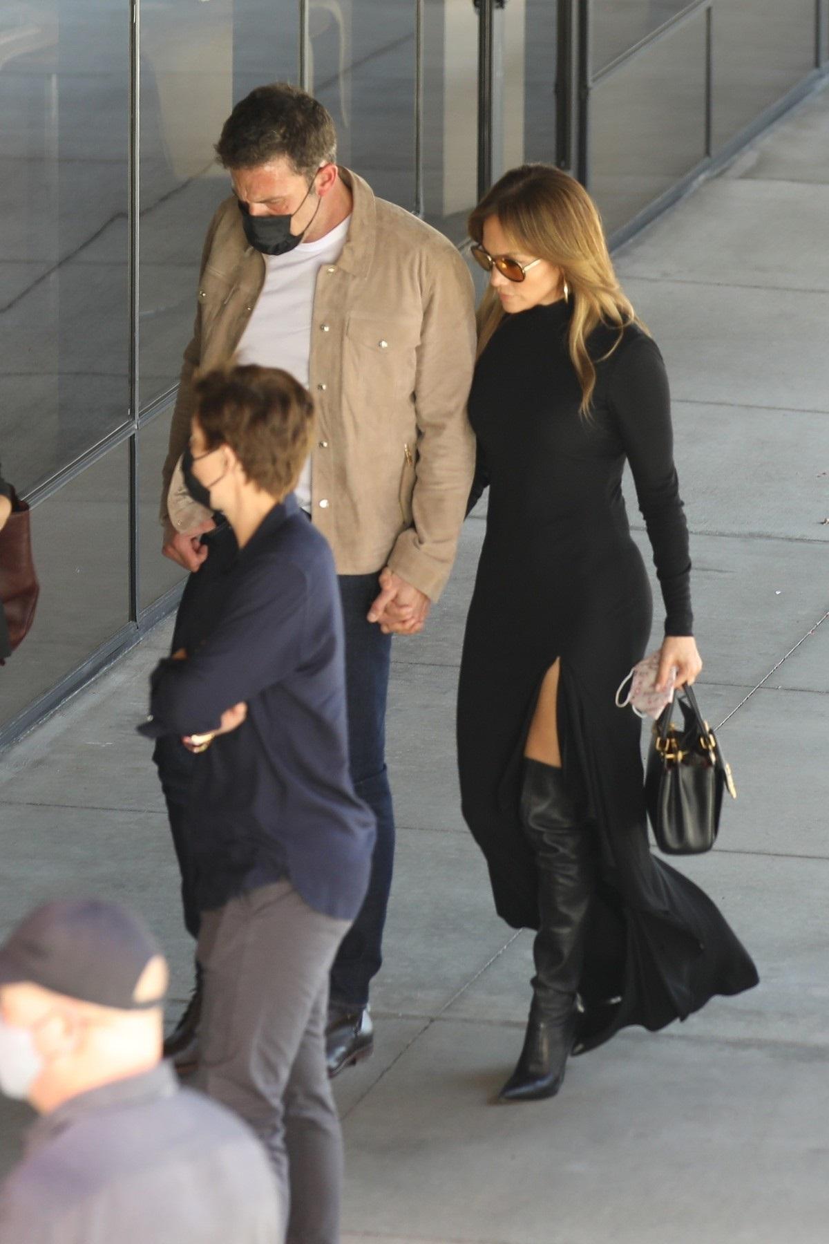Ben Affleck într-o ținută casual în timp ce o ține de mână pe Jennifer Lopez la o întâlnire ținută la premiera filmului The Tender Bar