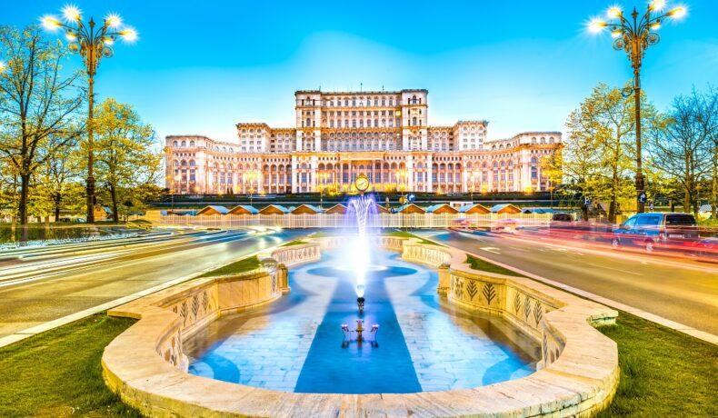 O fotografie de peisaj cu o fântână din Piața Unirii din București și Casa Poporului reprezentând cele mai instagramabile locuri din București