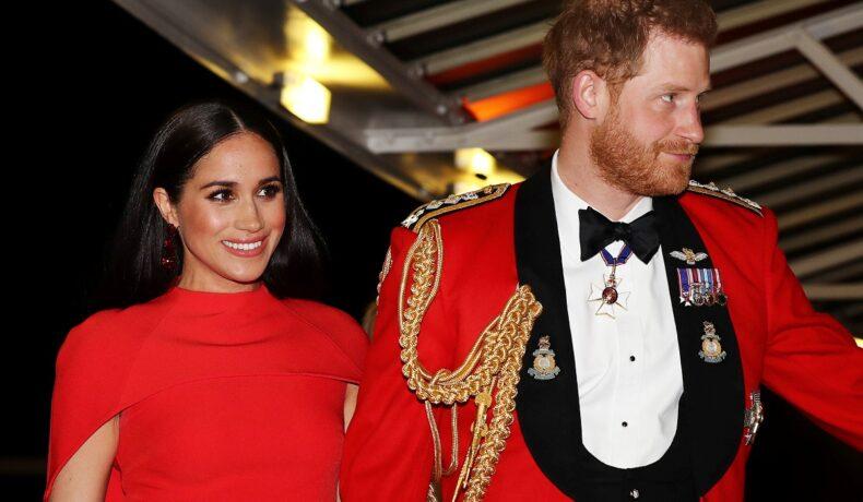 Meghan Markle și Prințul Harry, în 2020, la Festivalul de Muzică Mounbatten. Amândoi sunt îmbrăcați în roșu. Comentariul Prințului Harry despre corpul lui Meghan a avut loc la 5 luni după nașterea lui Archie