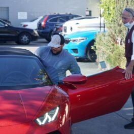 Connor Cruise în timp ce urcă într-o mașină roșie în Los Angeles