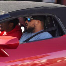 Connor Cruise la volanul unei mașini roși pe străzile din Los Angeles