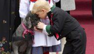Unul dintre cei mai cunoscuți copii ai Familiilor Regale din Europa, Prințul Sverre a fost surprins în timp ce își îmbrățișa cââinele. Poartă haine negre, accesorizate cu roșu