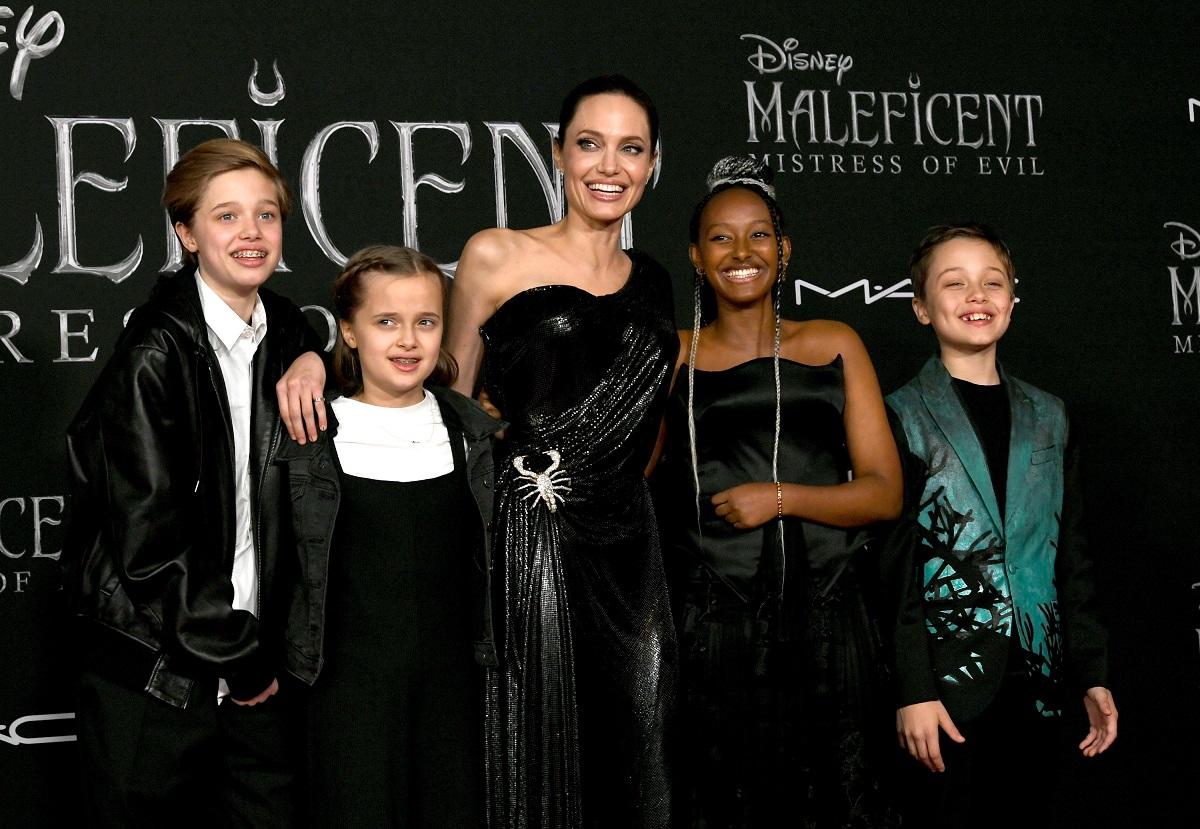 Angelina jolie, pe covorul roșu al Maleficent: Mistress Of Evil, din 2019, California, alături de copiii ei Zahara, Shiloh, Knox și Vivienne. Angelina poartă o rochie neagră,