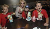 Britney Spears și fiii ei în 2017, Florida. Copiii poartă roșu, Britney poartă crem. Stau toți la o masă și mănâncă. Nu mulți știu Cum arată fiii lui Britney Spears