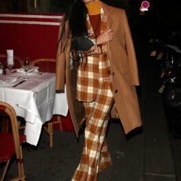 Demi Moore a atras privirile tuturor într-o ținută asortată cu un palton lung pe străzile din Paris