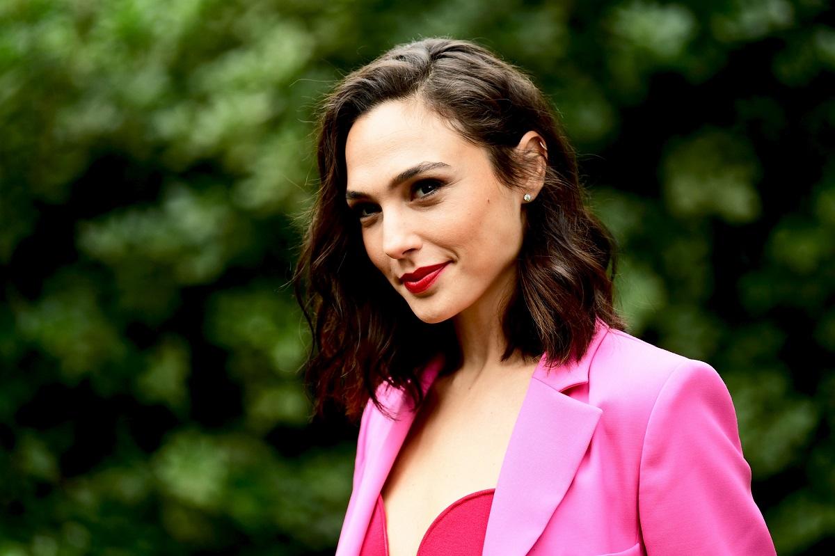 Actrița Gal Gadot într-un sacour roz după ce a fost uimită de felul în care a tratat-o regizorul filmului Justice League