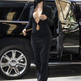Artista Halsey într-o ținută all black în timp ce se pregătește să țină un concert din New York