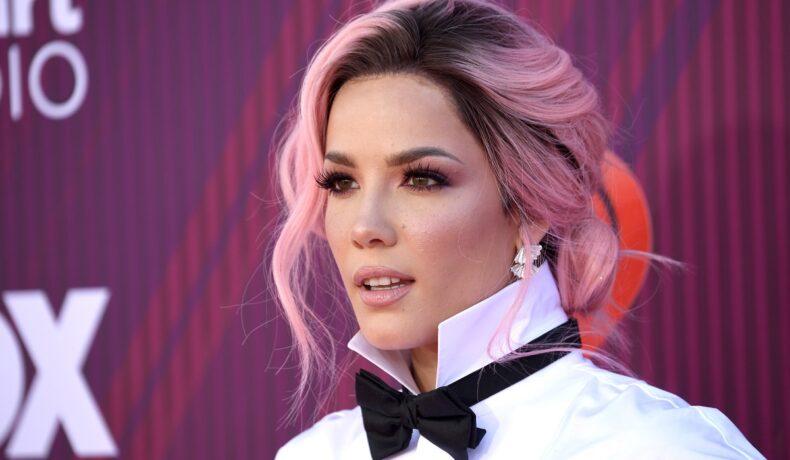 Cântărața Halsey cu părul roz prins într-o coadă lejeră, după ce a purtat o ținută all black, cu papion la gât și cămașă albă