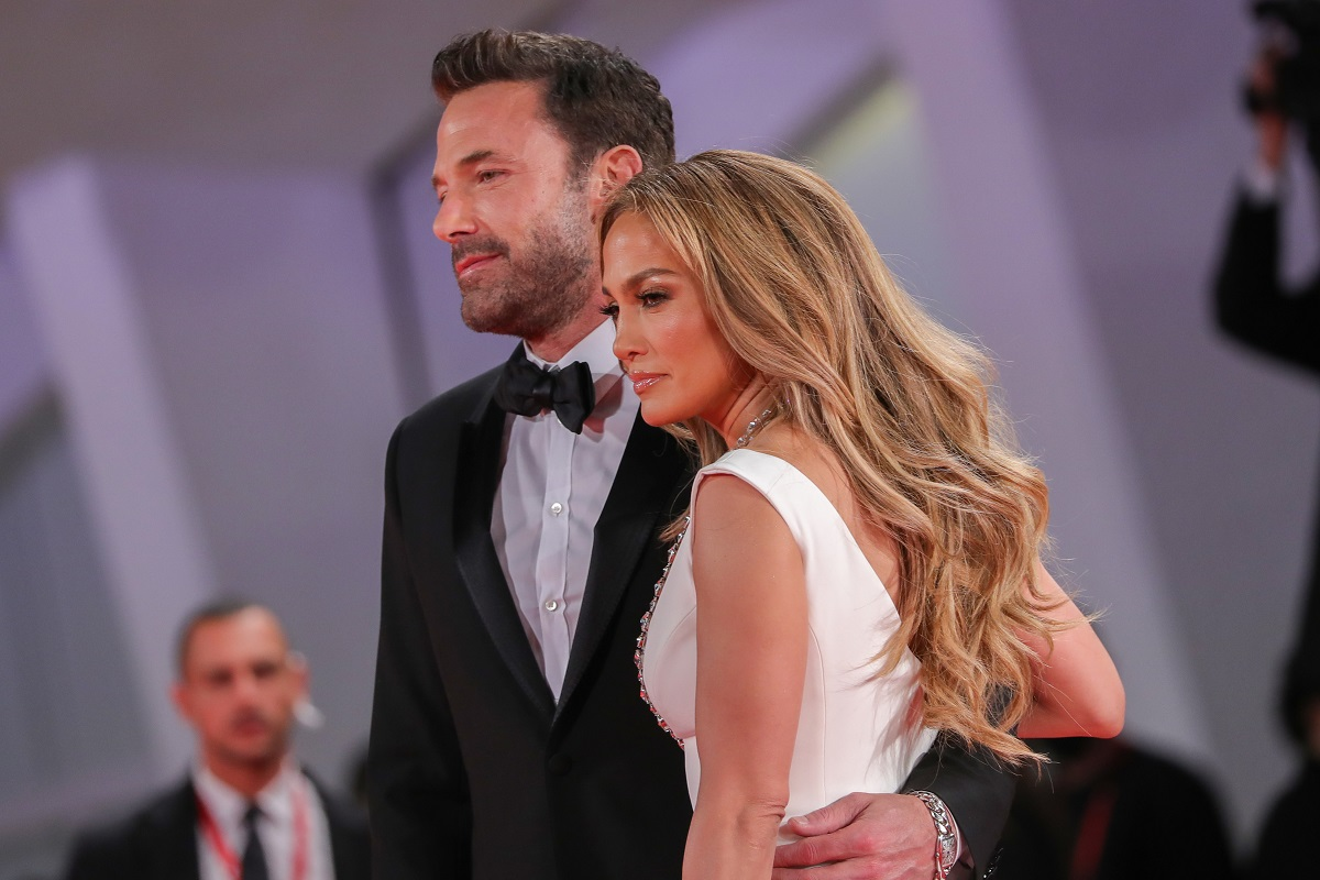 Jennifer Lopez într-o rochie albă în brațele lui Ben Affleck la costum la Festivalul de Film de la Veneția 2021
