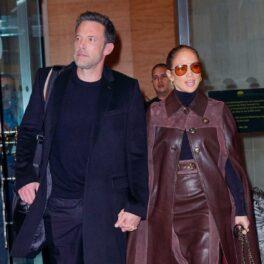 Jennifer Lopez într-o ținută maro de mână cu Ben Affleck în fața unui hotel din New York