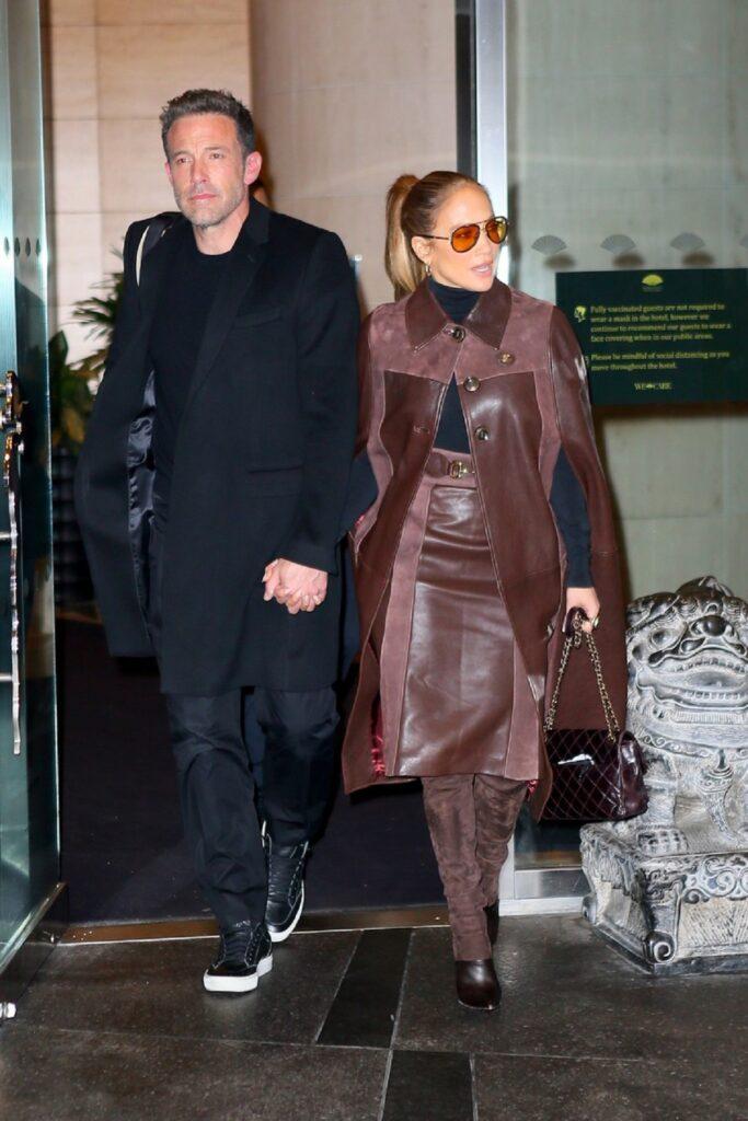 Jennifer Lopez a adoptat un trend nou și a purtat o ținută maro atunci când a ieșit de mână cu Ben Affleck la cumpărături în NewYork