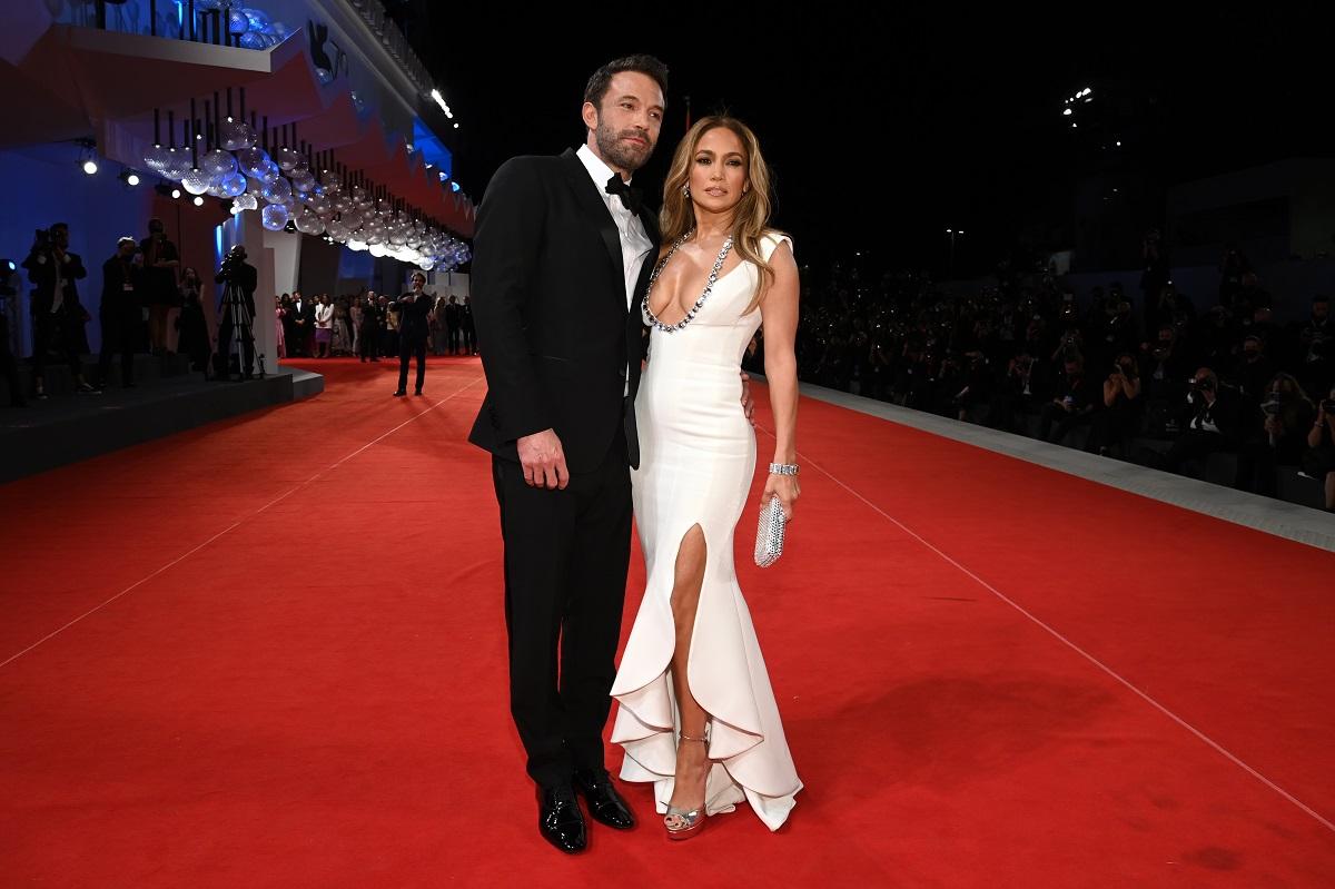 Jennifer Lopez într-o rochie albă mulată alături de Ben Affleck la Festivalul de Film de la Veneția