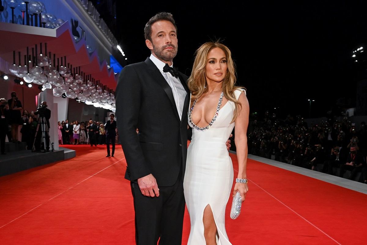Jennifer Lopez într-o rochie albă alături de Ben Affleck la costum pe covorul roșu la Festivalul de Film de la Veneția 2021