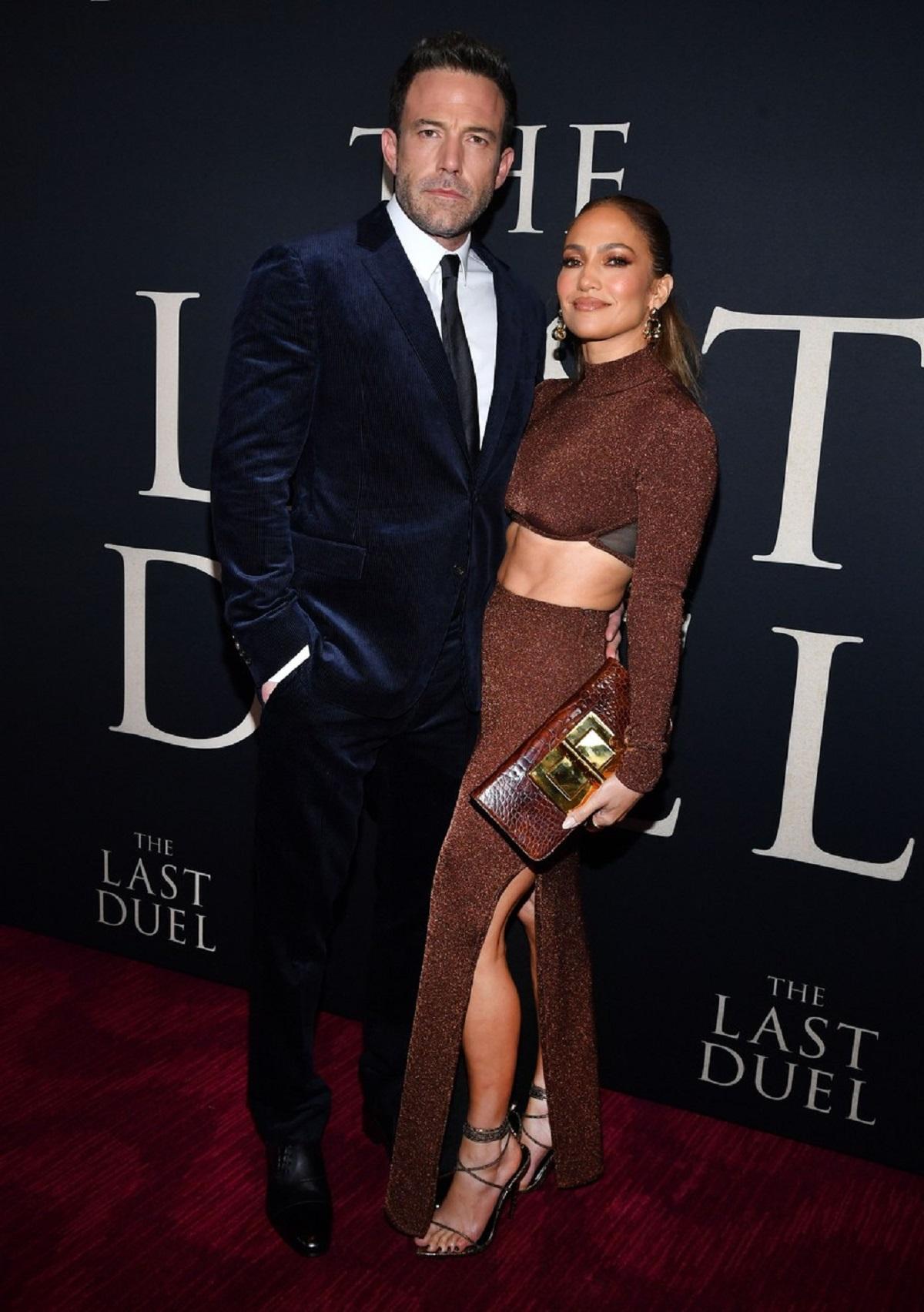 Ben Affleck la costum negru și Jenifer Lopez într-o costumație maro au fost de nerecunoscut pe covorul roșu în New York la premiera filmului The Last Duel