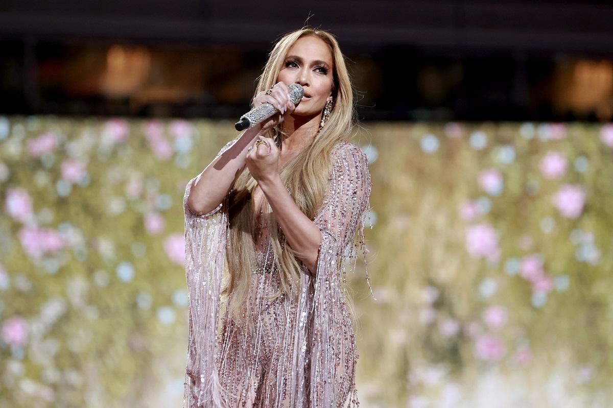 Jennifer Lopez într-o rochie argintie în timp ce și-a impresionat fanii la un concert live