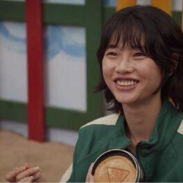 Jung Ho-yeon zâmbind într-una din scenele din Squid Game
