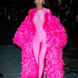 Kim Kardashian a făcut spectacol pe străzile din New York într-un costum mulat roz cu o pelerină roz din pene