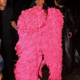 Kim Kardashian după ce a fost gazda emisiunii Saturday Night Live într-un costum mulat roz cu un palton masiv din pene roz