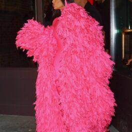 Kim Kardashian într-un palton roz din pene pe străzile din New York