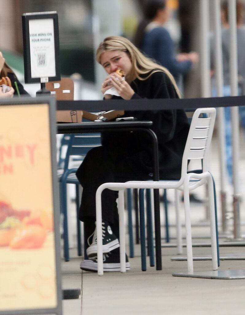 Leni Klum a atras privirile tuturor atunci când a fost surprinsă mâncând un burger