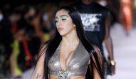 Lourdes Leon într-o rochie argintie cu decolteu adânc în timp ce defilează pe podium