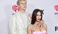 Megan Fox într-o rochie roz alături de iubitul său Machine Gun Kelly la costum alb