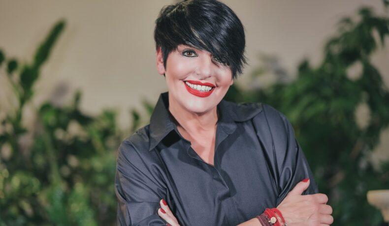 Concurenta Patrizia Paglieri purtând o cămașă neagră la interviul pentru CaTine.ro despre experineța Asia Express
