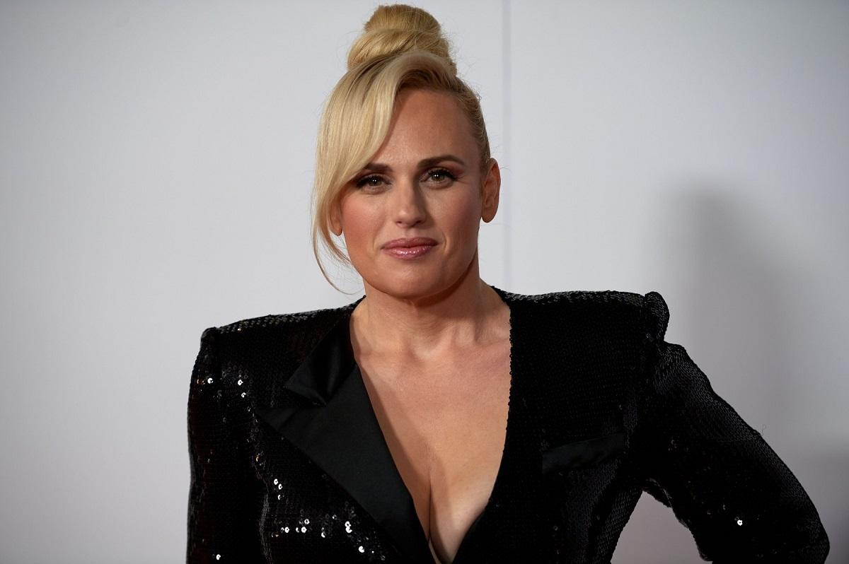 Rebel Willson cu părul prins într-un coc și o rochie cu paiete neagrăîn timp ce pozează pe covorul roșu la Festivalul de Film de la New York din 2021