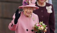 Regina Elisabeta într-un costum roz în timp ce ține în mâini un buchet de flori înainte de momentul în care a fost internată la spital