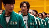 Actorul Lee Jung-Jaeîntr-un trening verde într-una din scenele explicate de regizorul serialullui Squid Game în timp ce îl interpretează pe jucătorul 456