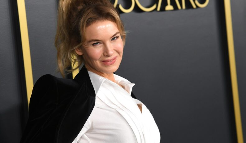 Actrița Renee Zellweger într-o cămașă albă și cu un sacou negru la Gala Premiilor Oscar